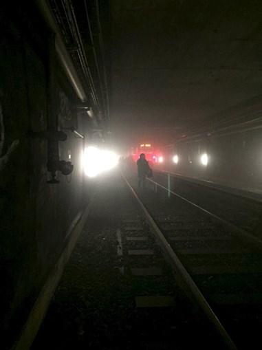 Passageiros escapam pelos túneis do metro
