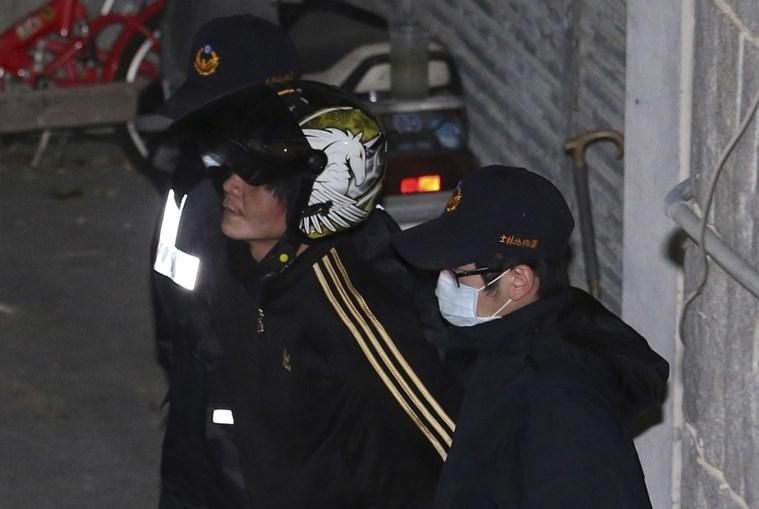 O suspeito do crime levado pela polícia de Taiwan