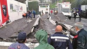 Pala de cimento cai e atinge trabalhadores