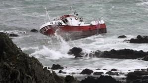Embarcação encalhada vai permanecer no local