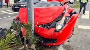 Despista-se contra poste e destrói Ferrari