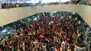 Manifestantes invadem parlamento de Bagdade