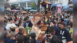 Durante o festival xintoísta, que celebra a fertilidade, milhares de pessoas desfilam nas ruas com objetos de forma fálica