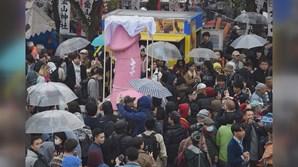 Nem a chuva afastou os crentes xintoístas que celebraram o Festival Kanamara