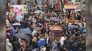 Munidas de guarda-chuvas, milhares de pessoas estiveram no Templo Wakamiya Hachimangu, em Kawasaki, Tóquio