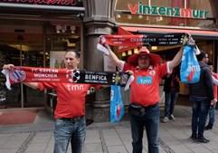Adeptos exibem cachecóis antes do jogo em Munique