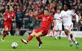 Lewandowski e Renato Sanches lutam pela posse da bola