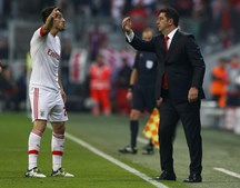 Rui Vitória à conversa com Pizzi, um dos elementos mais importantes do Benfica esta época