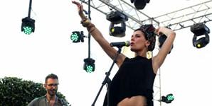 Cantora italiana Flo em palco durante a sua atuação no festival