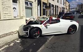Um casal do Reino Unido alugou um Ferrari 458 Spider para o seu casamento... e foi neste estado que ele ficou