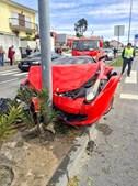 Este Ferrari de matrícula inglesa teve pouca sorte em Viseu quando o seu dono, de 48 anos, bateu com violência contra um poste esta segunda-feira