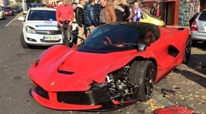 Em novembro de 2015 um excêntrico milionário destruiu um (raro) Laferrari mesmo à saída do stand...
