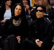 Prince num jogo da NBA nos Staples Center em Los Angeles, California