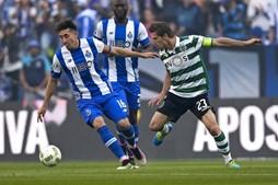 Herrera e Adrien Silva disputam um lance no Estádio do Dragão