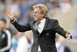 Jorge Jesus reage durante a partida no Estádio do Dragão