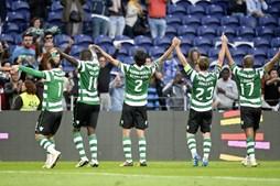 Os jogadores do Sporting agradecem o apoio dos adeptos leoninos que se deslocaram ao Dragão