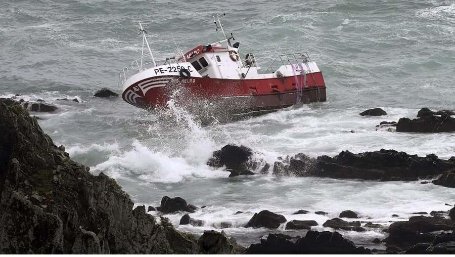 Embarcação 'Avô Melro' encalhou na segunda-feira
