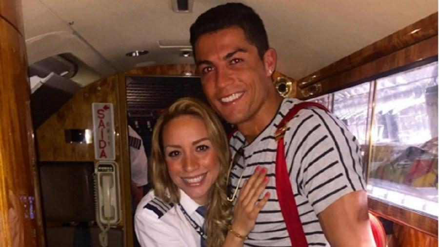 Ronaldo e Alejandra Manriquez no aeroporto de Madrid