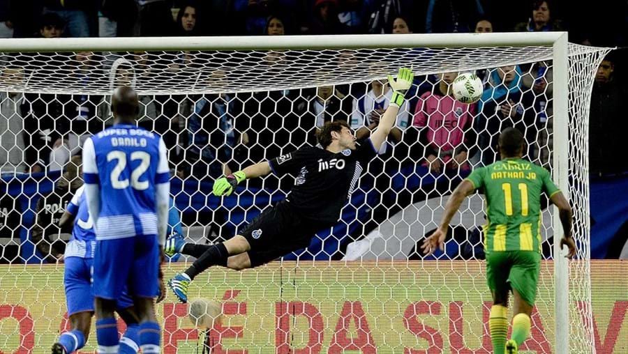Iker Casillas escolheu o seu onze ideal. Na lista do guarda-redes do FC Porto constam o nome de dois jogadores portugueses, Luís Figo e Cristiano Ronaldo