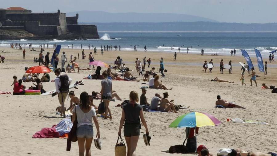 Muitas pessoas aproveitam o bom para irem até à praia