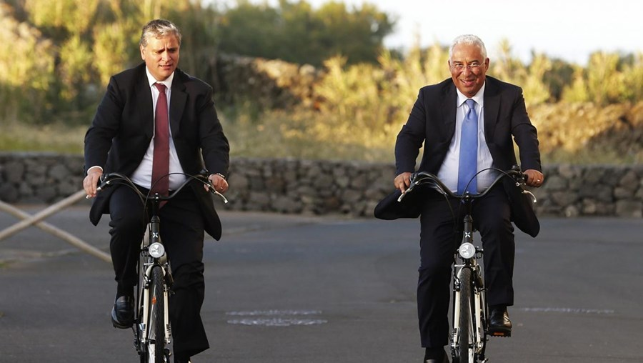 O Primeiro-Ministro António Costa (dir) acompanhado do Presidente do Governo Regional dos Açores Vasco Cordeiro (esq)