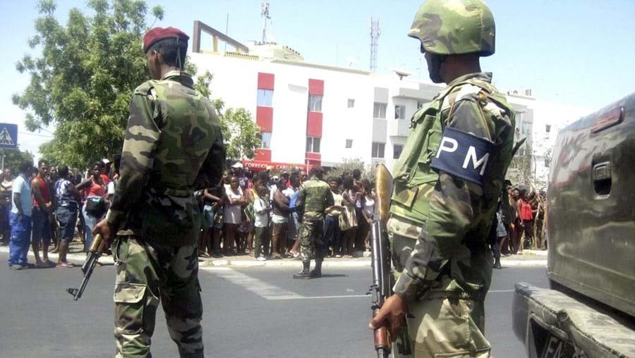 Militares caboverdianos junto à esquadra da Achada de Santo António onde o homicida foi detido