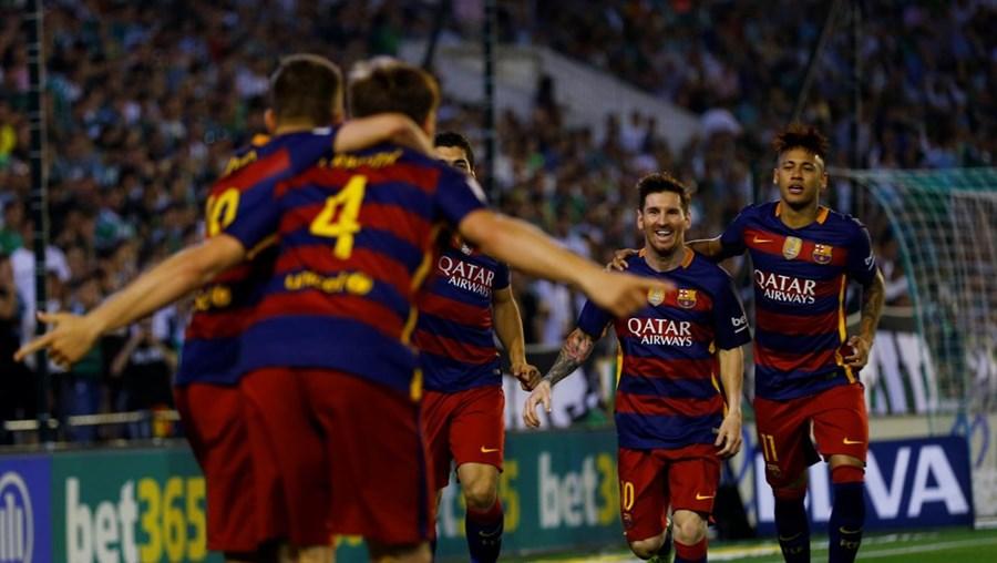 O Barcelona manteve-se este sábado no topo da Liga espanhola de futebol, a par com o Atlético de Madrid, depois de vencer em casa do Betis, por 2-0
