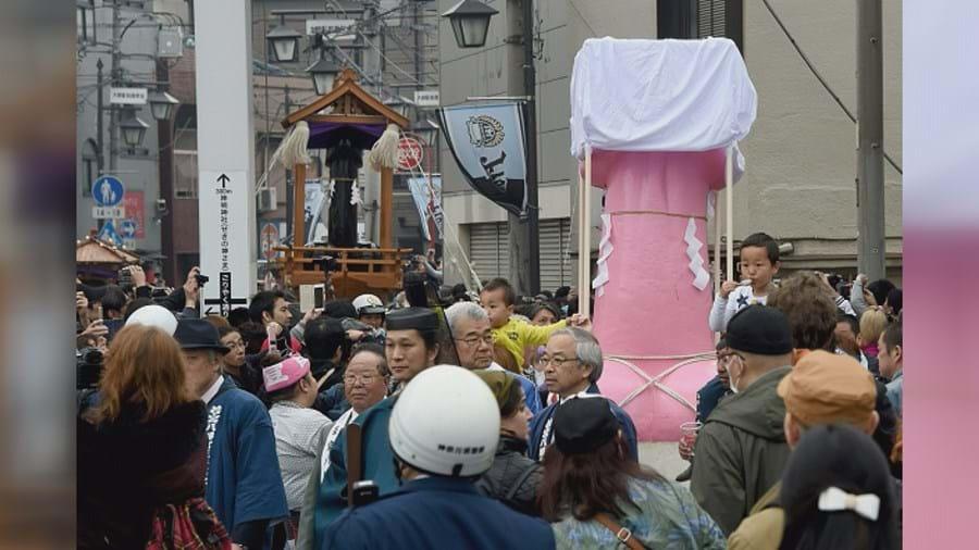 Os praticantes do Xintoísmo assinalam o Festival Kanamara, ou festival dos pénis, com andores que percorrem as ruas de Kawasaki, um subúrbio de Tóquio