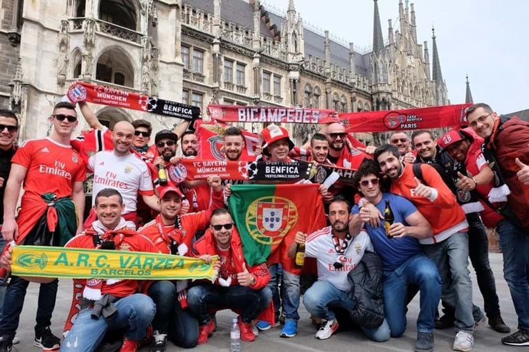 Adeptos do Benfica posam em Munique