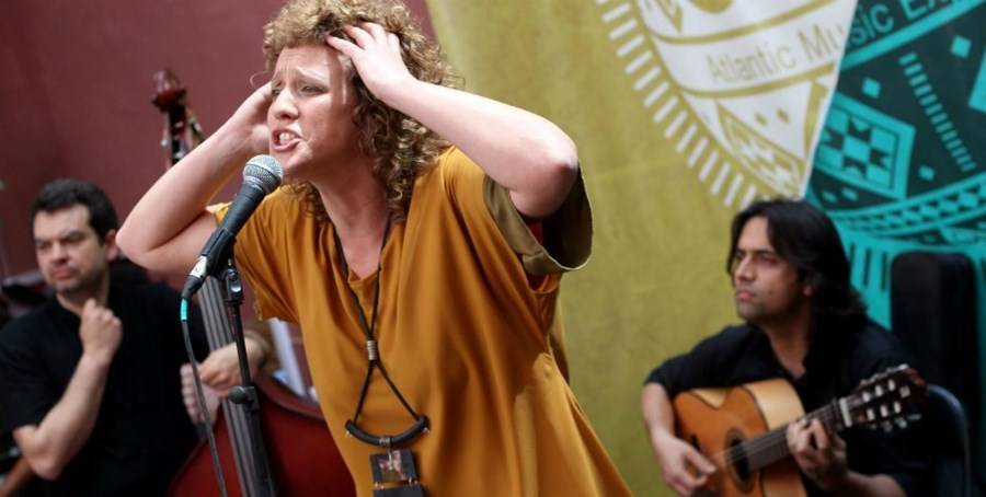 A cantora e fadista Mara em palco durante a sua atuação no festival