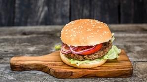Restaurante oferece refeição a clientes que tatuem hambúrguer com nome do estabelecimento