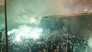 Banho de multidão à espera do Sporting em Alvalade