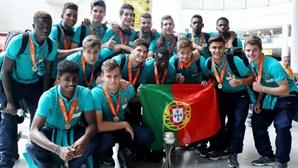 Portugueses aplaudem seleção nacional sub-17 no aeroporto