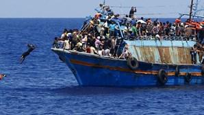 Cerca de 2.000 migrantes resgatados do Mediterrâneo