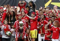 O momento em que o capitão Luisão levanta o troféu de campeão nacional de futebol, o quinto título que o central brasileiro conquista de águia ao peito
