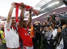 Rui Vitória e Renato Sanches 'oferecem' o troféu de campeão nacional aos adeptos e sócios do Benfica, que lotaram o Estádio da Luz