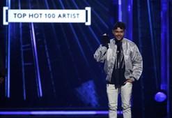 The Weeknd aceita o prémio para Top Hot 100 Artist