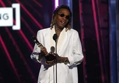 Wiz Khalifa recebe o prémio pela canção 'See You Again'
