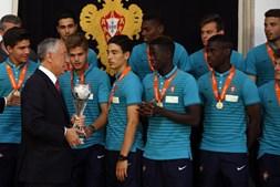 A seleção portuguesa de futebol de sub-17 conquistou este sábado pela sexta vez o título europeu, ao derrotar na final a Espanha no desempate por grandes penalidades (5-4), depois de 1-1 no tempo regulamentar