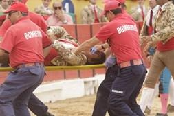 Forcado foi transportado pelos bombeiros para o hospital de Almada