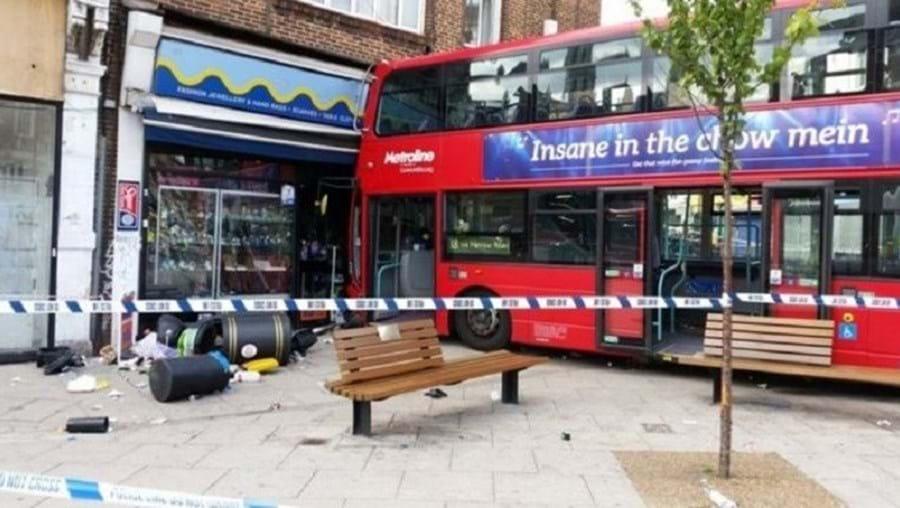 O autocarro de dois andares colidiu com um edifício, em Londres, Inglaterra