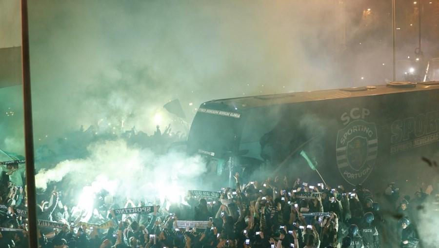 Apesar da equipa de Jorge Jesus ter perdido o campeonato, os associados e fãs do clube leonino não quiseram deixar de aplaudir os jogadores. O Sporting terminou a Liga com 86 pontos, menos dois do que o Benfica