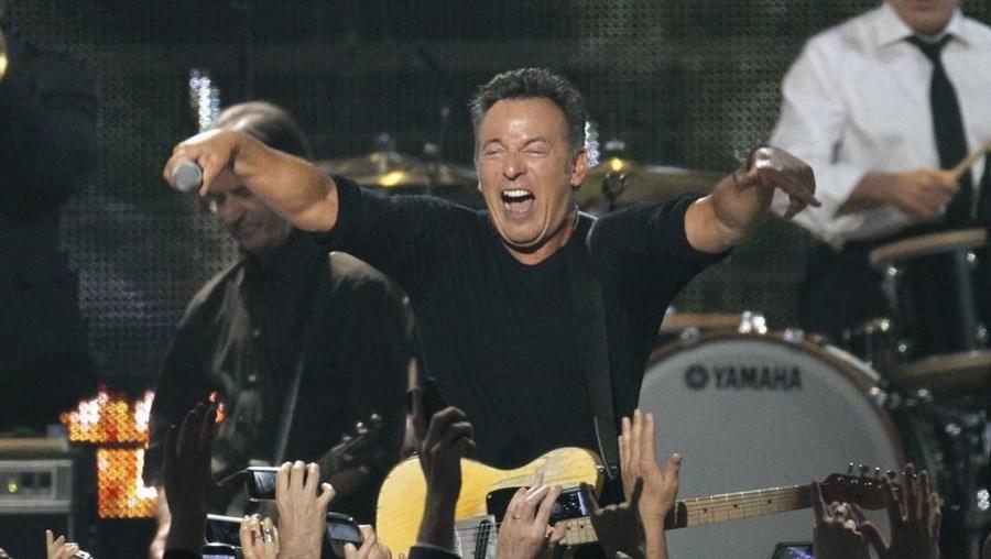Bruce Springsteen pede camarim preto e pede outro, todo branco, para a mulher