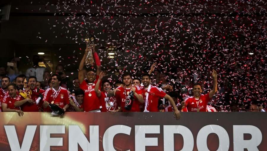 O momento em que Luisão levanta a sétima Taça da Liga da história do Benfica