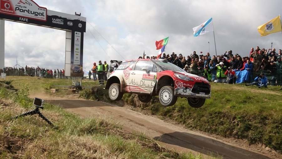 Kris Meeke (Citroën DS3), ontem, no salto de Fafe, numa das zonas mais famosas e emblemáticas do Rali de Portugal onde se concentraram dezenas de milhares de espectadores