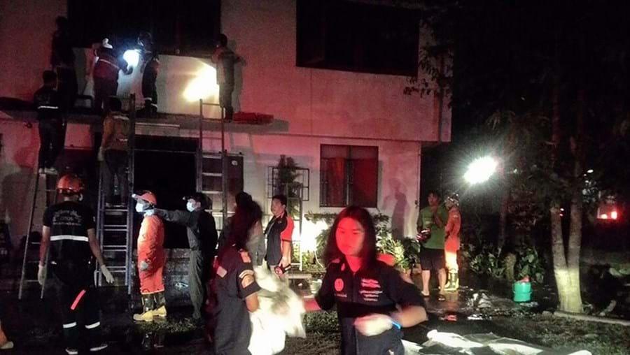 Bombeiros junto à escola onde deflagrou o incêndio