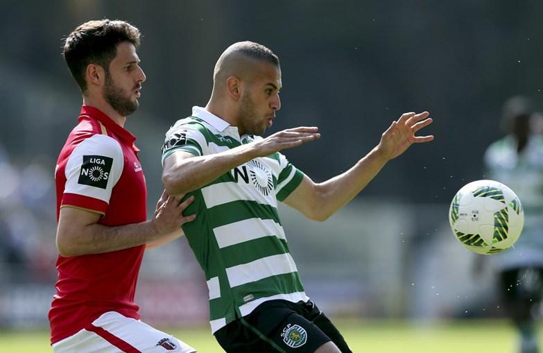 Rúben Ferreira e Slimani disputam um lance durante o jogo