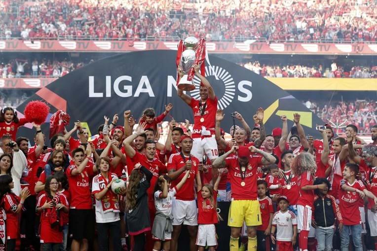 Empurrado pelo Inferno da Luz, o Benfica não vacilou, venceu este domingo o Nacional da Madeira por 4-1 e conquistou o 35.º título de campeão nacional de futebol do seu historial