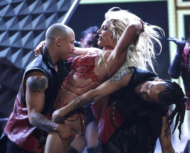 Cantora voltou a ter uma performance provocante