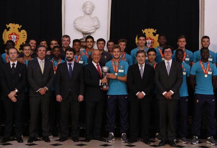 A selecção nacional de sub-17 de futebol, que conquistou no passado sábado o título europeu da categoria, foi homenageada esta segunda-feira pelo Presidente da República no Palácio de Belém, em Lisboa